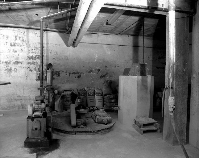 chaîne de préparation de l'émail (2 machines à liquéfier, machine à épurer par filtration, machine à pomper, 3 moteurs électriques) : marche à pâte n°2