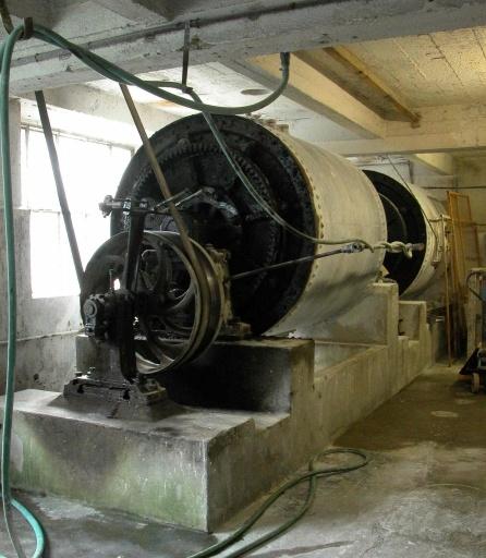 2 machines à broyer : broyeurs à galets (chaîne de préparation de la pâte à porcelaine : marche à pâte)