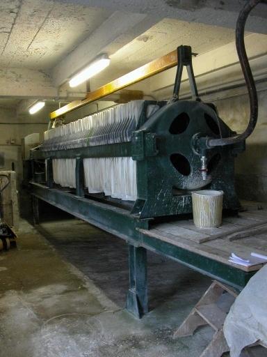 Machine à pressurer : filtre-presse (chaîne de préparation de la pâte à porcelaine : marche à pâte)