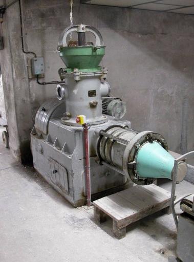Machine à extruder : désaéreuse (chaîne de préparation de la pâte à porcelaine : marche à pâte)