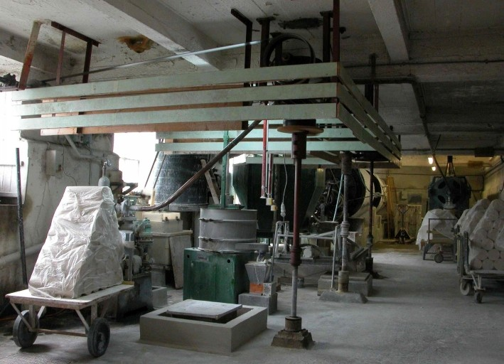 chaîne de préparation de la pâte à porcelaine (2 machines à broyer, machine à pressurer, 2 machines à extruder) : marche à pâte