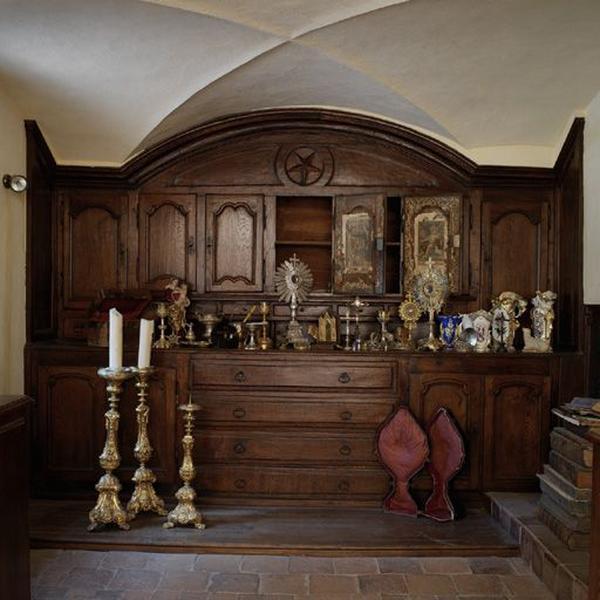 Meuble de sacristie (chasublier, placards de sacristie)
