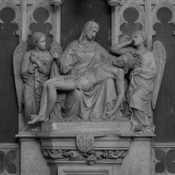 Groupe sculpté : Piéta entourée d'anges