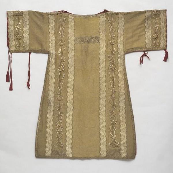 Ornement or : ensemble de 2 dalmatiques et collets de dalmatique, 3 manipules, une étole diaconale, une bourse de corporal