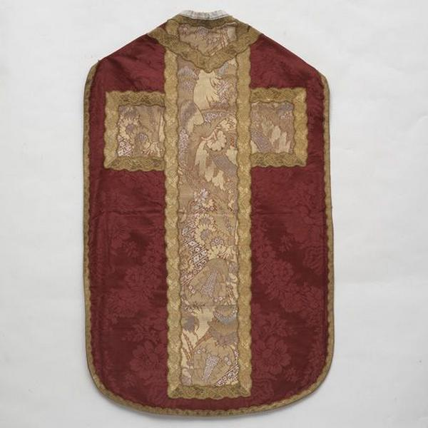 Ornement rouge : chasuble, ensemble de 2 dalmatiques, collets de dalmatique et manipules