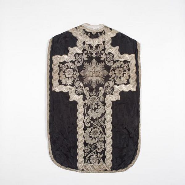 Ornement noir : chasuble, étole, étole diaconale, deux manipules, voile de calice