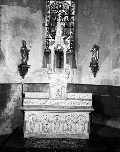 Autel, tabernacle, exposition, 2 gradins d'autel, 2 statues (maître-autel, autel tombeau, style néo-roman)