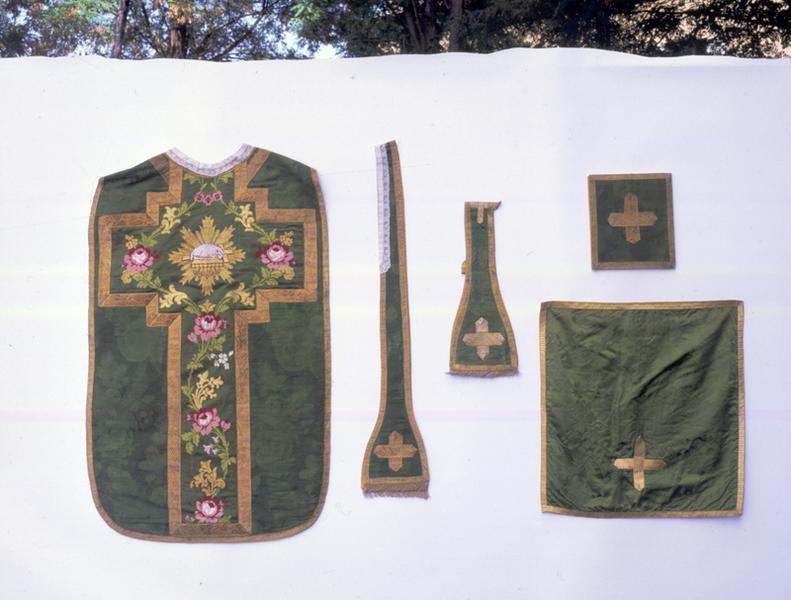 Chasuble, étole, manipule, bourse de corporal, voile de calice (ornement vert)