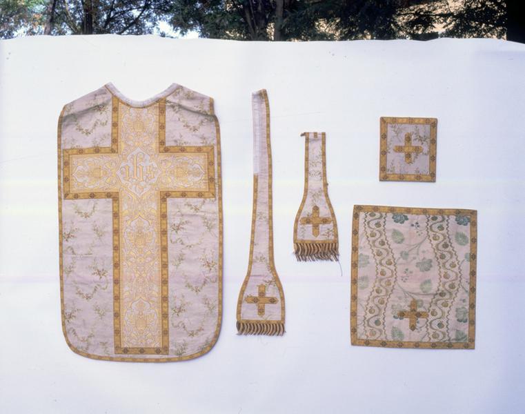Chasuble ; étole ; manipule ; bourse ; voile du calice : ornement blanc