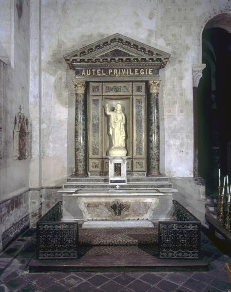 2 autels, 2 retables, 2 tabernacles, 4 gradins d'autel, 2 statues : Immaculée Conception, Christ (autels secondaires)