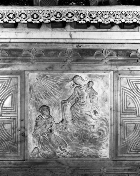 Bas-relief : Saint-Simon Stock recevant le scapulaire des mains de la Vierge