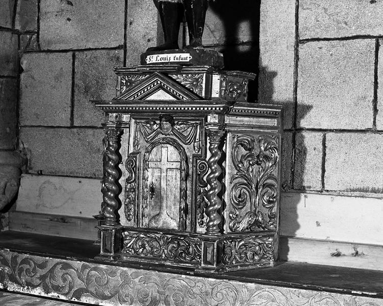 Autel, tabernacle, gradin d'autel, exposition (maître-autel, autel tombeau, tabernacle à ailes, dais d'exposition)
