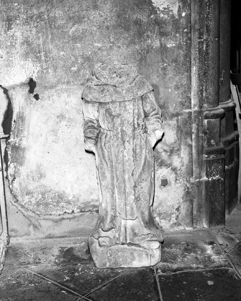 ensemble de statues d'un pélerin et d'un moine non identifiés