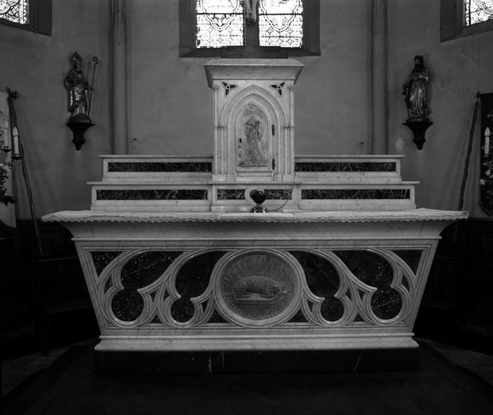 Autel, tabernacle, 2 gradins d'autel (maître-autel, autel tombeau, style néo-gothique)