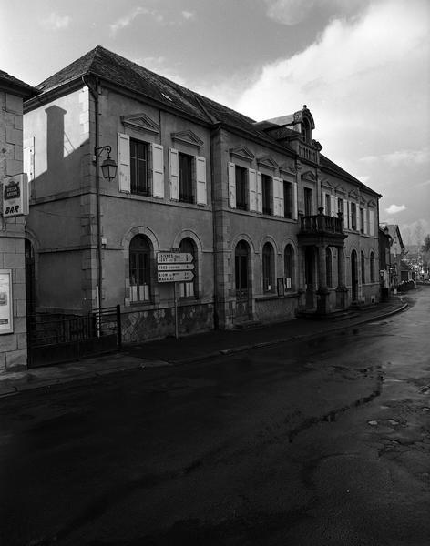 Mairie ; école ; tribunal (prétoire)