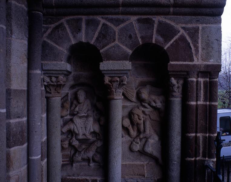 Hauts reliefs (2) ; chapiteaux (6) : l'Annonciation, Daniel dans la fosse au lion