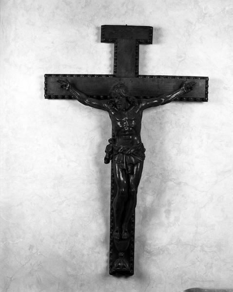Croix : Christ en croix, style néo-roman