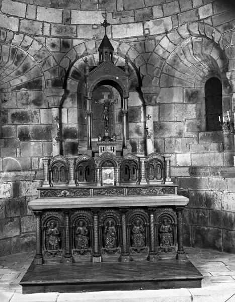 Autel, tabernacle, gradin d'autel, exposition, croix d'autel (maître-autel, autel à la romaine, autel tombeau, tabernacle à ailes, style néo-roman)