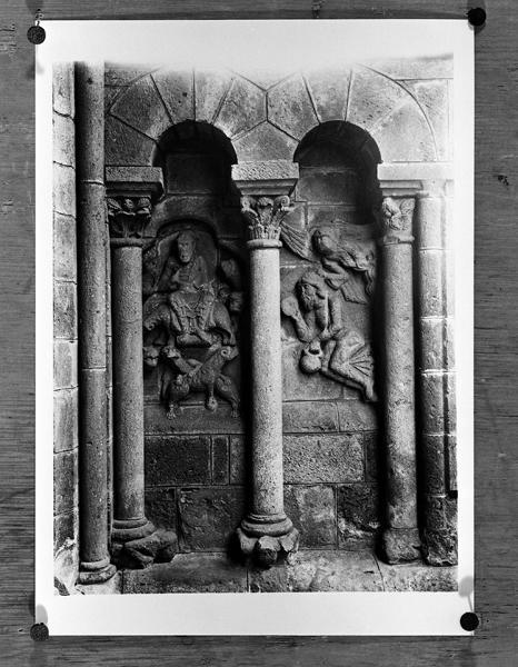 2 hauts-reliefs (en pendant) : l'Annonciation, Daniel dans la fosse au lion, et 6 chapiteaux