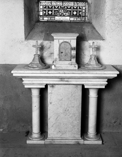 Ensemble du maître-autel et des autels-retables latéraux, des fonts baptismaux