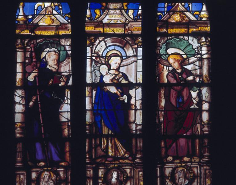 verrière : La Vierge à l'Enfant entre saint Jacques le Majeur et saint Jean l'Evangéliste