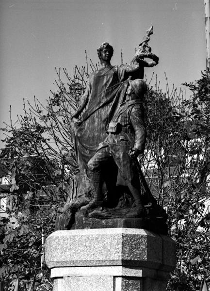 groupe sculpté : La France glorifiant le Poilu