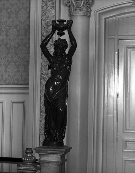 Ensemble des garde-corps et de statues porte-lampadaires