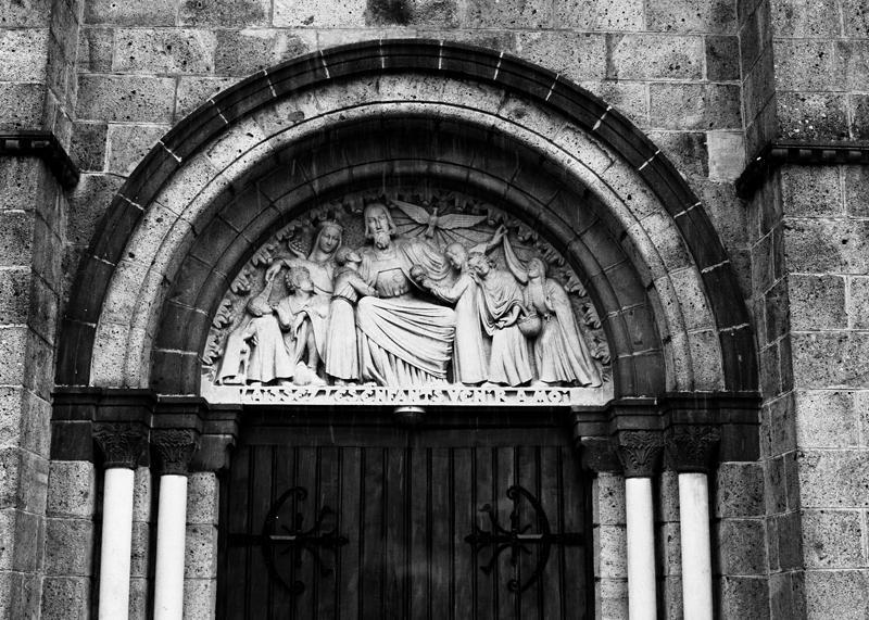 Ensemble du décor d'architecture : demi-reliefs, statue, autel et armoire eucharistique, chapiteaux du choeur, du déambulatoire et de la nef