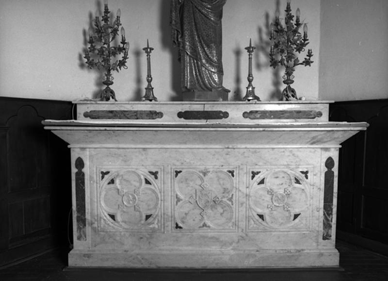 2 autels, 2 gradins, tabernacle (autels secondaires du Sacré-Coeur et de la Vierge)