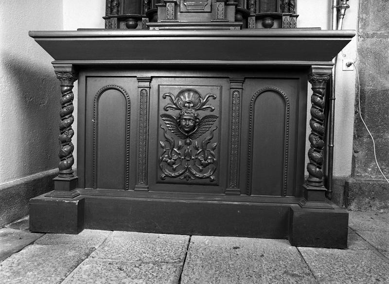 Ensemble de parties d'un autel-retable : autel secondaire, tabernacle, statue, colonnette (2), socle de statues (2)