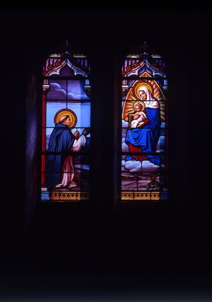ensemble de 8 verrières : baie n°6 : Don du rosaire à saint Dominique