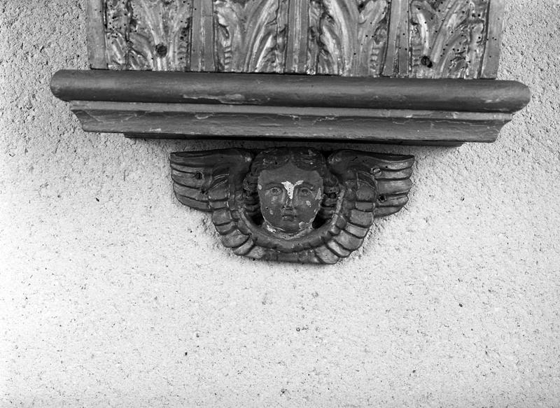 Ensemble de vestiges de retable : tabernacle, socle, chapiteaux