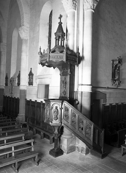Mobilier et décor : lambris de demi-revêtement, chaire à prêcher, 2 confessionnaux, 2 sièges de célébrant, stalles