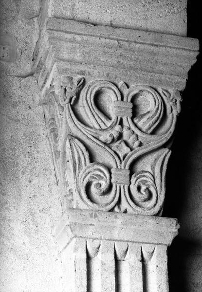 Ensemble de 27 grands chapiteaux, 54 petits, 4 culs-de-lampe, 2 culots et 32 têtes (décor sculpté)