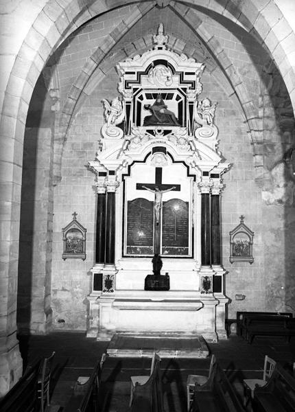 retable architecturé à niche et plate-forme du maître-autel