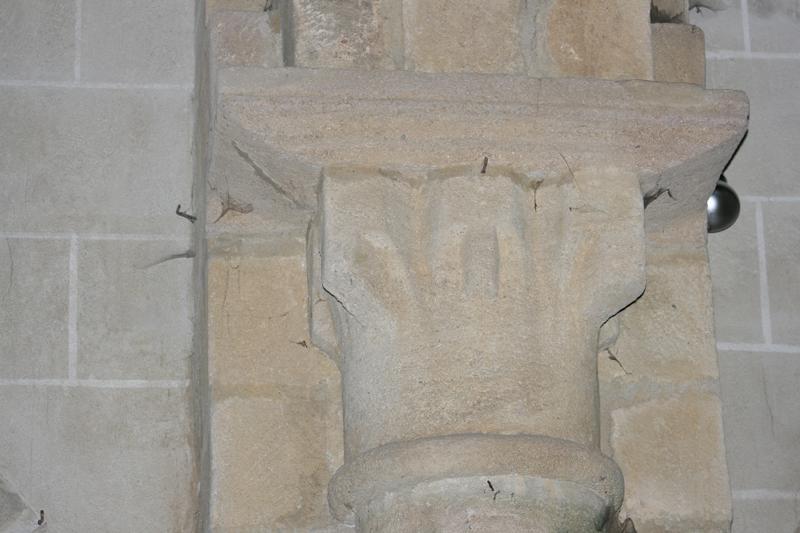 ensemble de 4 corbeaux, 3 chapiteaux, 5 bases, 2 tailloirs, 4 impostes, une colonnette et divers modillons (n°1)