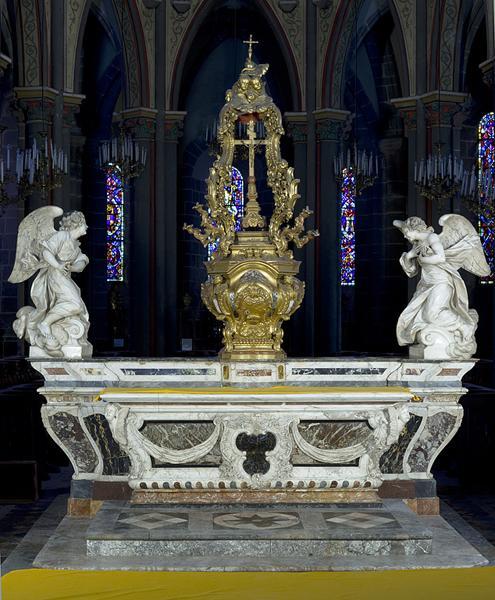 Maître-autel à la romaine, gradin, tabernacle