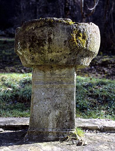 stèle; bénitier