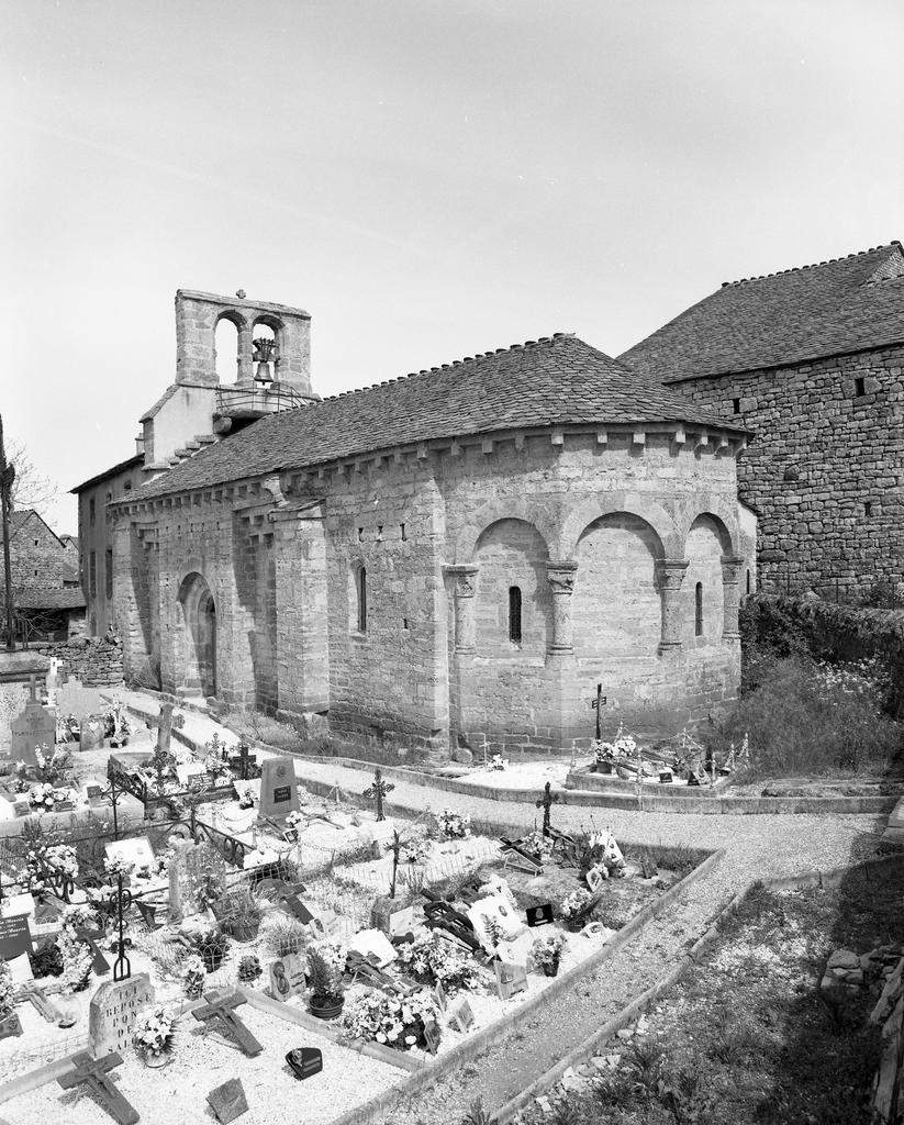 Prieuré, église paroissiale Notre-Dame de la Rouvière, Saint-Pierre.