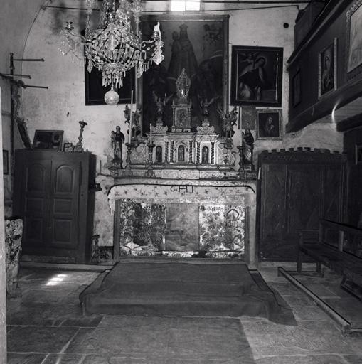 Ensemble du maître-autel (devant d'autel, 3 antependia, 2 gradins d'autel, tabernacle, exposition, 6 statues)