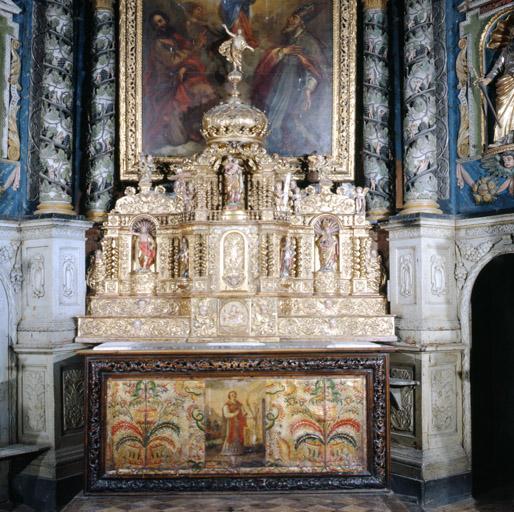 ensemble du maître-autel (autel, gradins (2), tabernacles (2), exposition, lambris de demi-revêtement, vantaux (2), retable)