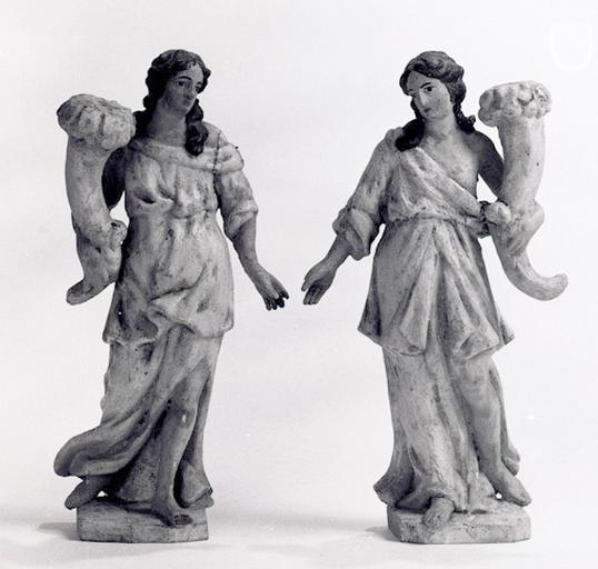 2 statues, luminaires (2) (statuettes) : Anges porte-flambeau (n° 3).