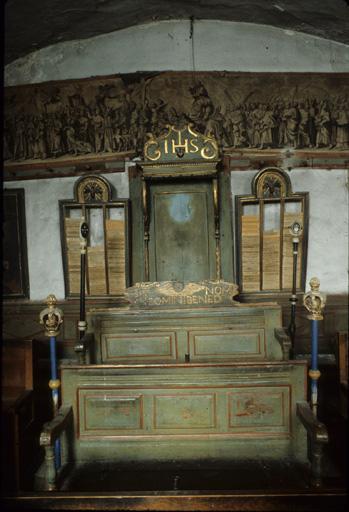 Ensemble du mobilier de la tribune (bancs de pénitents et fauteuil du prieur) (fauteuil de célébrant, 17 bancs de fidèles (bancs d'église) )