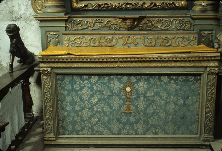2 autels.