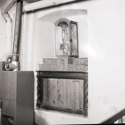 Autel, 2 gradins d'autel, faux tabernacle (autel-tombeau, autel secondaire).