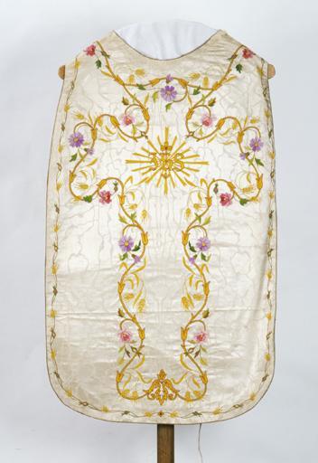 Chasuble, voile de calice, bourse de corporal (ornement doré) (n° 2).
