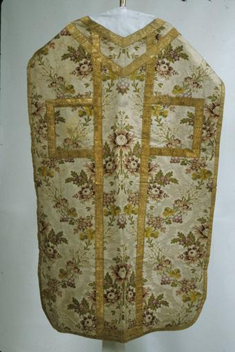 chape ; chasuble ; dalmatique ; manipule ; garniture de dais de procession