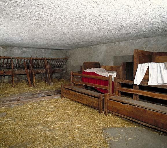 ensemble de deux bancs-coffres ; lit No 9