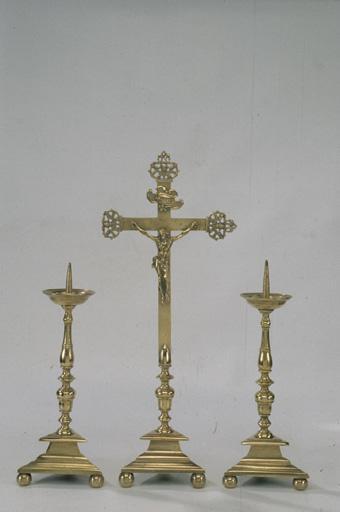 Croix d'autel, 2 chandeliers d'autel.