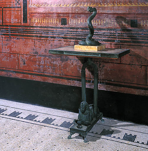 Table, statue : Serpent